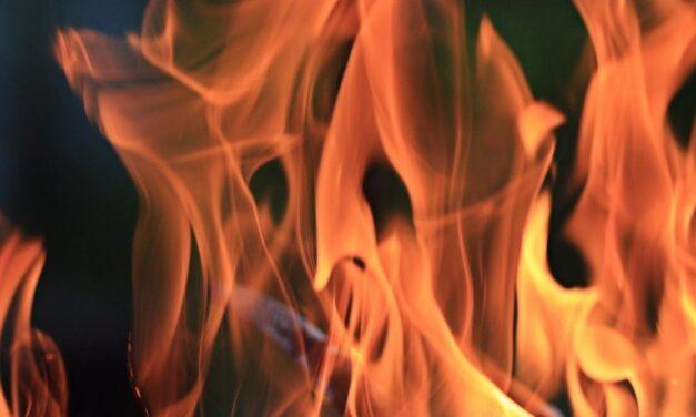 Lángol egy épület Baranya megyében – Tűzoltók a helyszínen