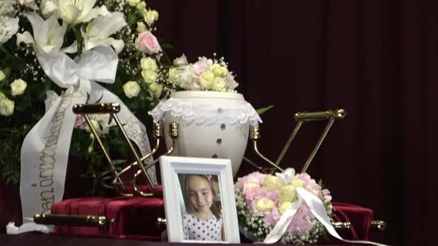 """""""Mosolyogva mondta, hogy szeretlek"""" – eltemették azt az 5 éves kislányt, akinek édesanyja autója egy traktorral ütközött"""