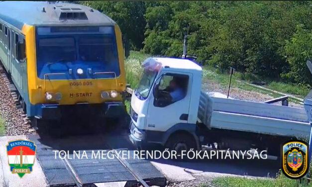 Átrongyolt a vonat a teherautón, de hogy úszta ezt meg a sofőr?