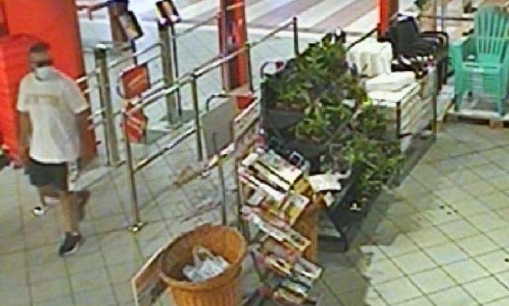 Mobiltelefont és pénztárcát lopott ez a férfi Győrben – Fotó is van róla, Ön látta?