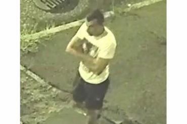 Ön látta valahol ezt a férfit? Az utcán rabolt ki egy járókelőt Egerben – fotó