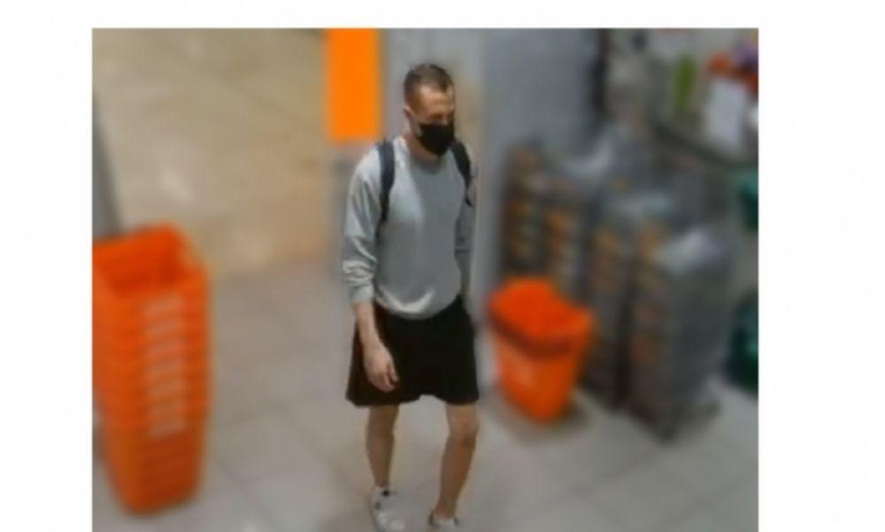 Ön látta valahol ezt a férfit? Parfümöket lopott egy kőbányai üzletből, a rendőrség keresi – fotó