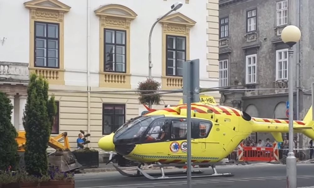 Mentőhelikopter Sopront utcáin: kizuhant egy nő egy társasház második emeletéről – videó
