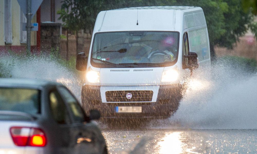 Lecsapott a vihar az országra: jégeső, tomboló szélvihar, riasztást adtak ki az utakra is