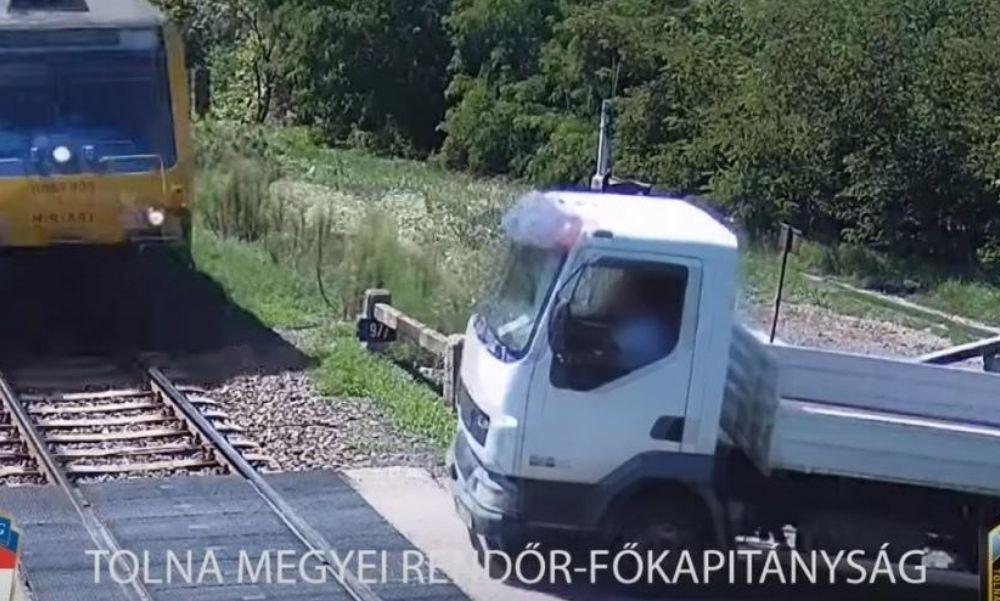 Körbe se nézett: elsodorta a vonat az átjáróba hajtó kisteherautót – videó