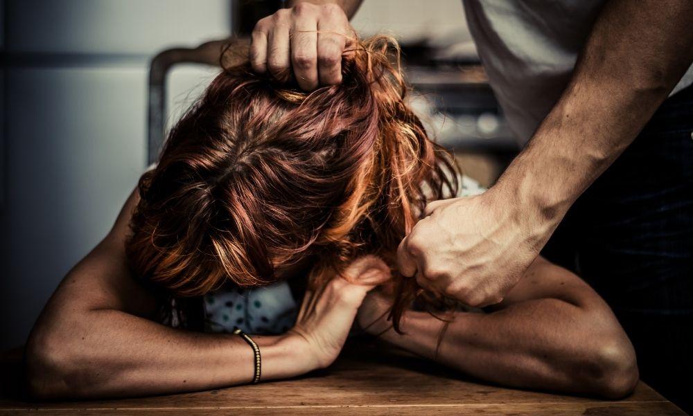 Ököllel ütötte a fejét és az arcát: Ez várhat arra a férfira, aki hónapokon át bántalmazta volt feleségét