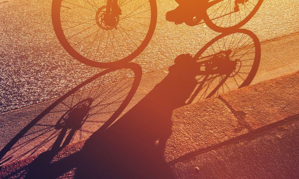 Kiszállt az autójából és alaposan megvert egy biciklist, mert az nem a kerékpárúton biciklizett