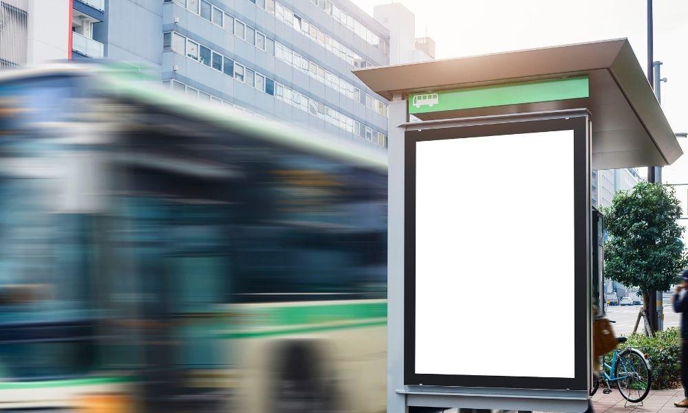 Buszmegállóba csapódott egy kisbusz Nyársapátnál, elsodort hat embert – Ketten a helyszínen meghaltak