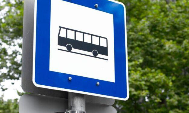 Lekéste a buszt, ezért dühében szétverte a buszmegállót egy férfi Szolnokon