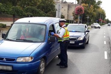 Civil rendőrautókkal csaptak le a szabályszegőkre, a balesetek megelőzése lenne a cél – videó