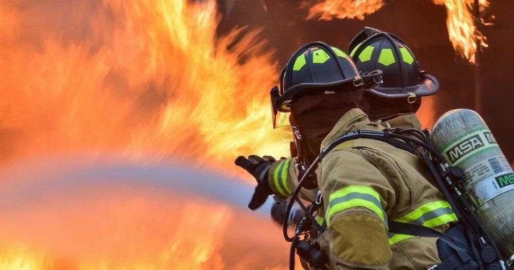 Tűz ütött ki egy győri társasházban, a hálószobában csaptak fel a lángok – Egy ember meghalt