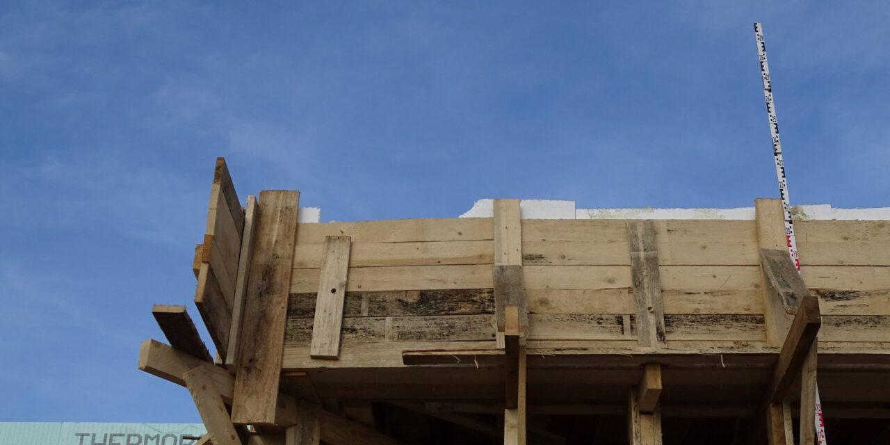 Közel hat métert zuhant egy kőműves egy építkezésen – Ez állhatott a baleset hátterében