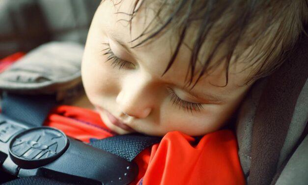 A saját gyermeküket zárták a tűző napon parkoló autóba a szülők Nyíregyházán, a rendőrök törték fel az autót