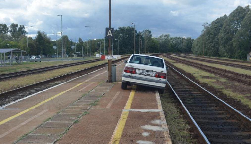 A holtrészeg sofőr a sínekre parkolt a vasútállomáson