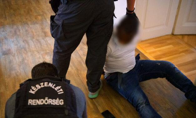 Drogbandára törték rá az ajtót a rendőrök, kokain tömbösítéséhez használt prés volt a szoba közepén