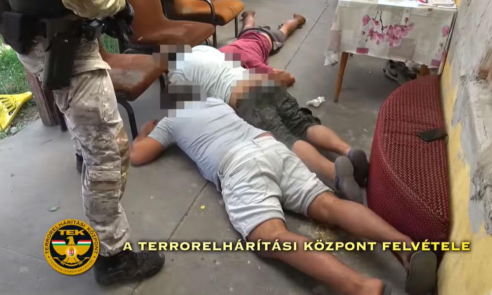 Filmbe illő kommandós rajtaütés, keményen padlóra nyomták a bűnözők fejét
