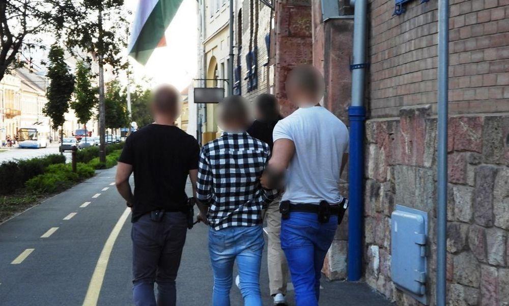 Ők azok! Ez a két fiatal rabolta ki a trafikot Debrecenben – videó