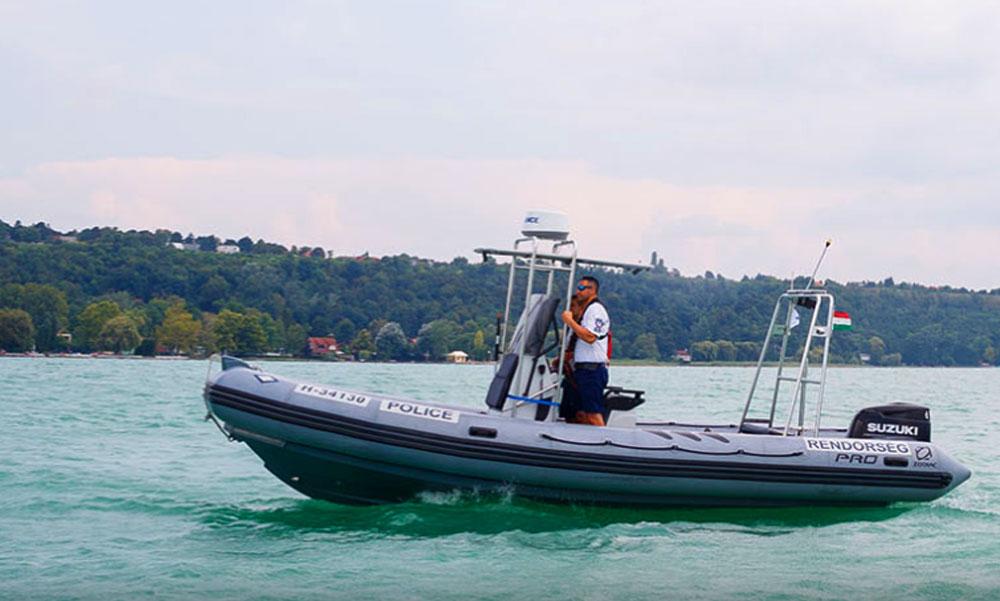 Nagy bajba került egy hajós a Balatonon, a vízirendőrök segítettek neki