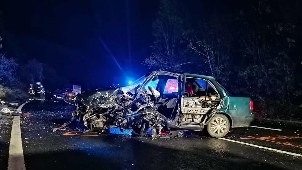 Fának csapódott és meghalt egy sofőr Nagybajomnál, beszorult sérült egy hármas karambolban Vácnál