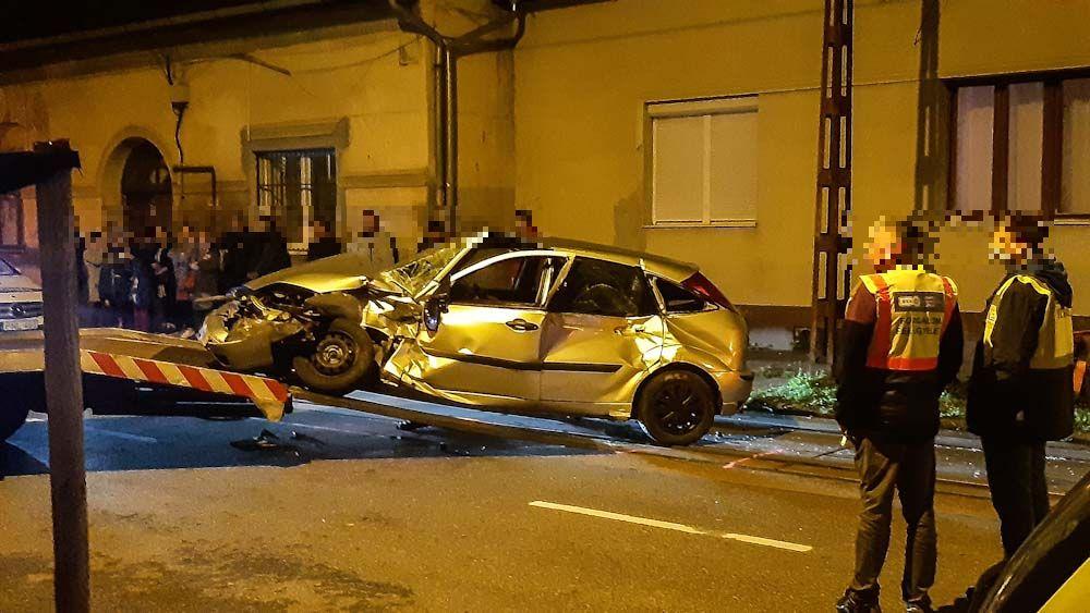 Villamossal ütközött egy autó Budapesten: a síneken akart megfordulni a sofőr