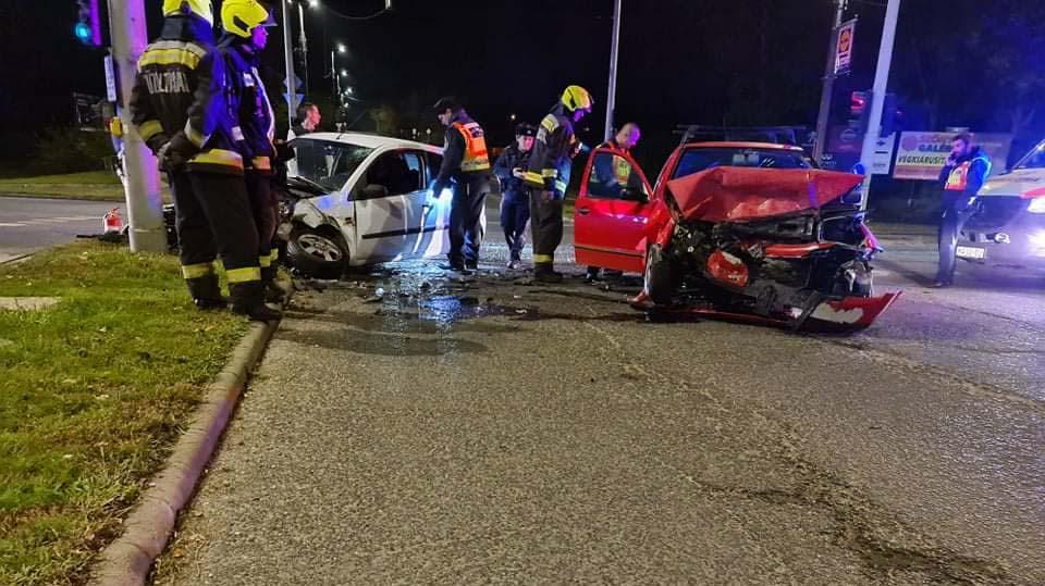 Szegeden villamos és autóbusz rohant egymásba, két autó ütközött Újbudán