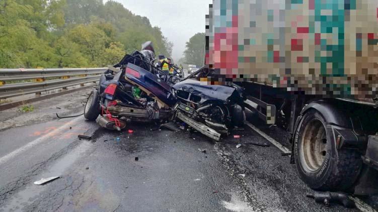 Kettészakadt egy BMW Városlődnél, a sofőr azonnal szörnyethalt, pályazár az M1-esen Biatorbágynál