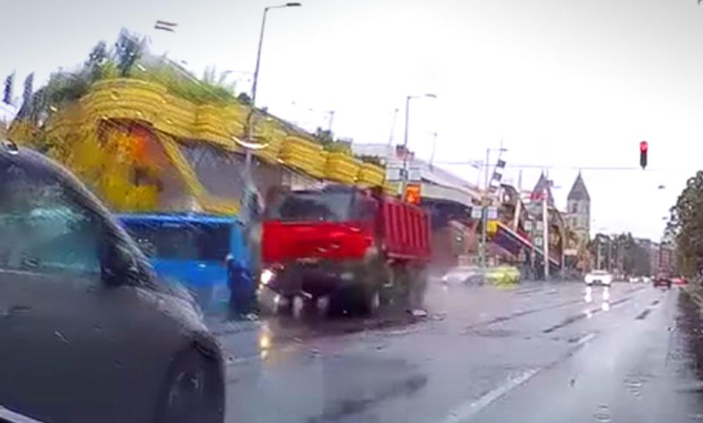 Ledarálta a teherautó a szabályosan közlekedő motorost Budapesten, döbbenetes felvétel készült a balesetről