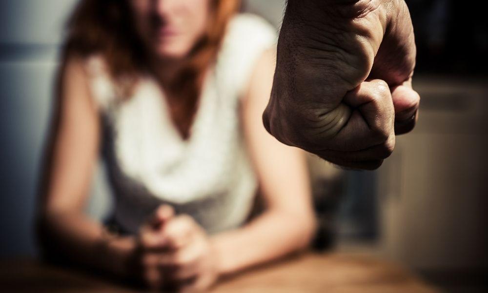 Fojtogatta, arcon ütötte, a hátára taposott és vérfürdővel fenyegetőzött – Ennyit kapott most az élettársát rendszeresen bántalmazó rendőr