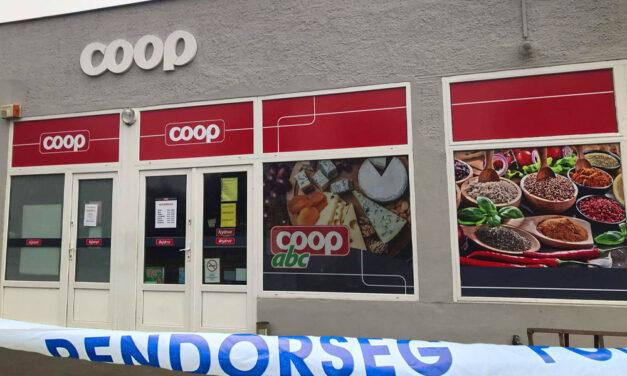 A pofátlan tolvaj a Coop szupermarket előtt többször földre nyomta a nőt, majd ellopta a táskáját