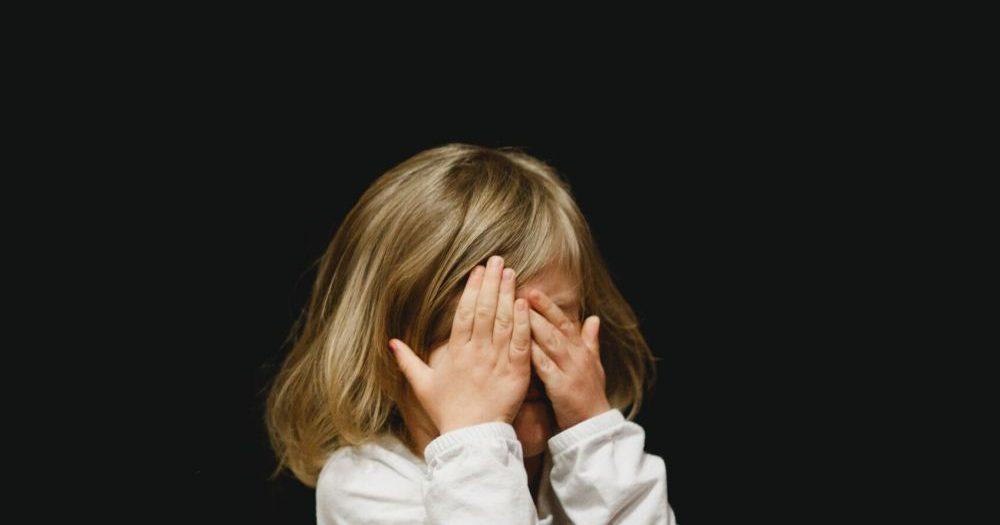 """""""Többször megfenyegetett, hogy a kukába dobja a gyermekem, ha megszületik"""" – zaklató szomszéd tartja rettegésben a kis Petrát és családját"""