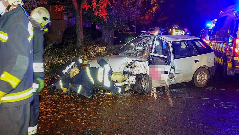 Kettészakadt egy fának vágódó autó Kőszárhegy és Szabadbattyán között, Csongrádon beszorult sofőr a fának ütközött gépkocsiban