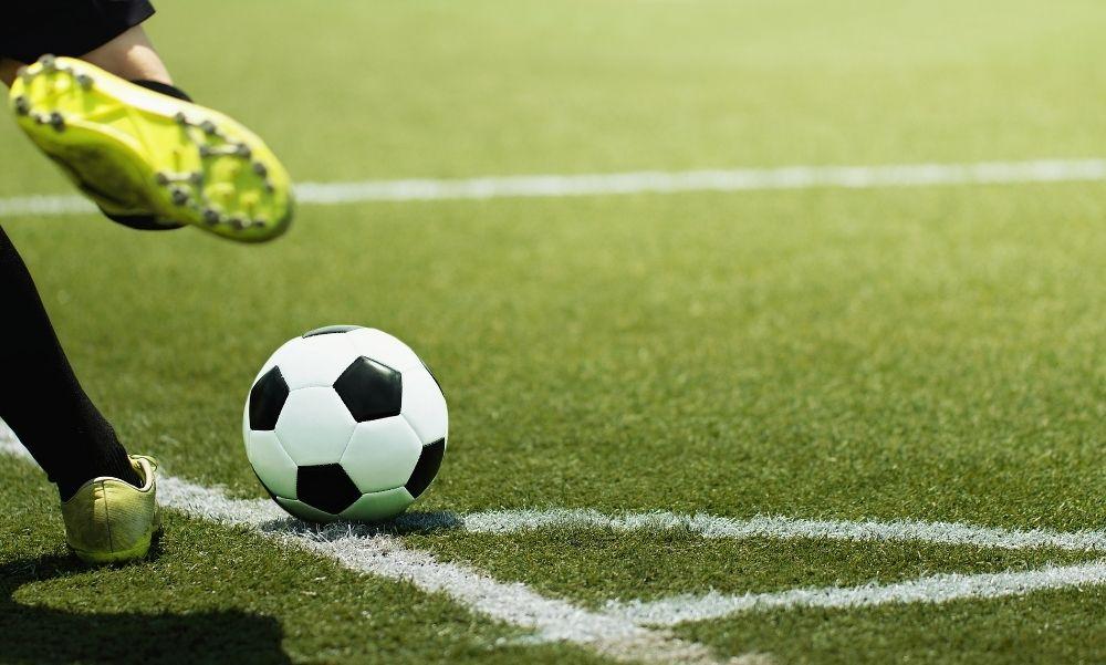 Brutális baleset a somogyvári mérkőzésen: egy vizespalackkal dobta ki a klubvezető szemét a lecserélt focista