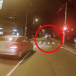 Piros lámpa, záróvonal, gyalogos? Semmi sem érdekelte az idióta autóst, aztán jött a satufék