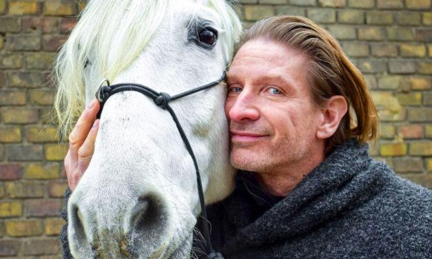 """""""Tenya őrjöngve ütötte a lovászt, aki csak állta a pofonokat"""" – megszólalt annak a lovásznak a barátja, akit Pintér Tibor verhetett meg, miután a férfi felmondott"""