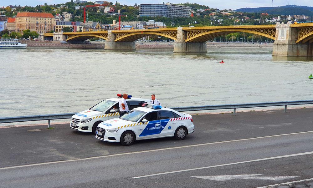 Letörték a Margit hídon a Szent Korona kőkeresztjét: kedden feladták magukat az elkövetők