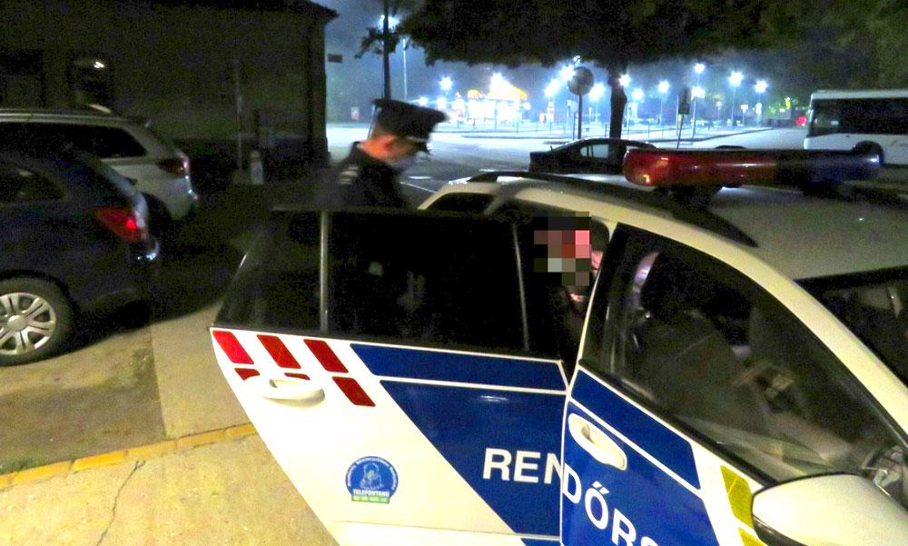 Kábítószer a vonaton, az utazótáskában találták meg a rendőrök a cuccot, Vácnál leszállították a férfit