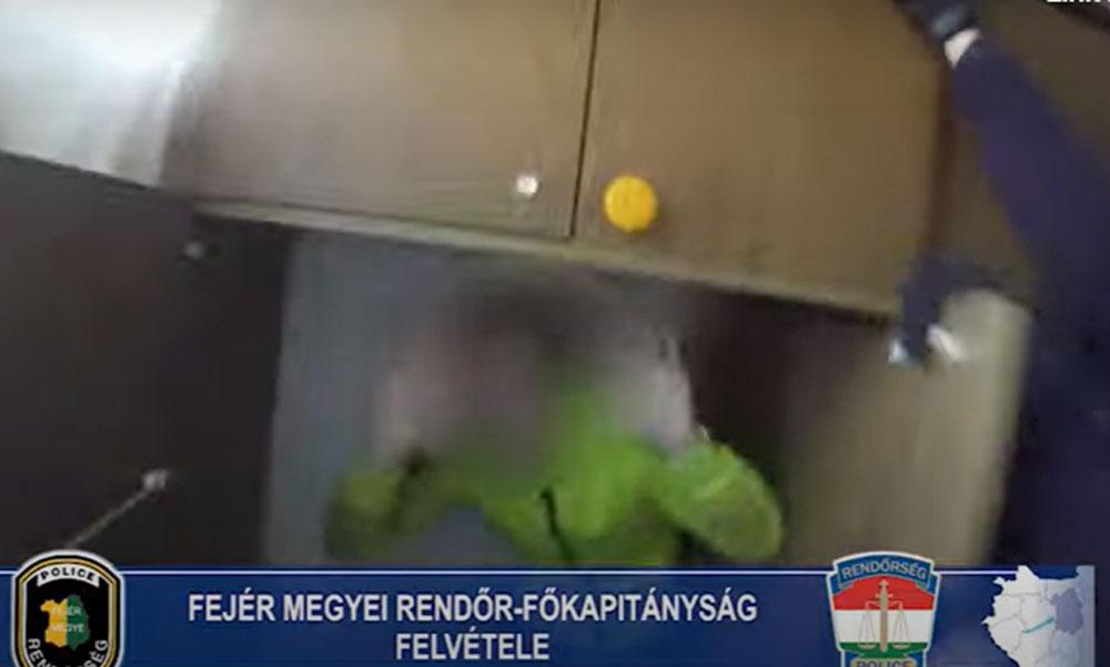 Szekrényből rángatták ki körözött férfit, egy rendőr még a szekrénysor tetejére is felmászott