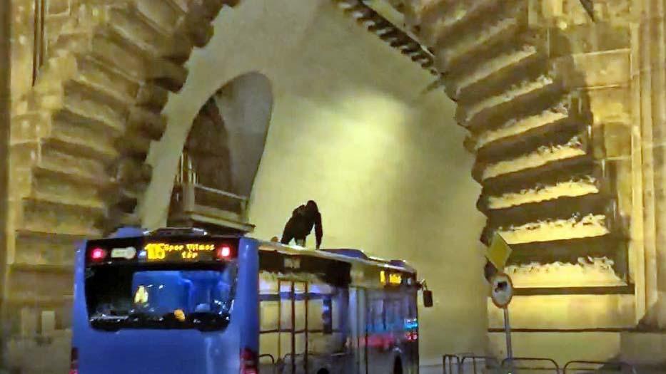 A BKK busz tetején utazott egy fiatal a pesti éjszakában,  a haverjai jól szórakoztak rajta