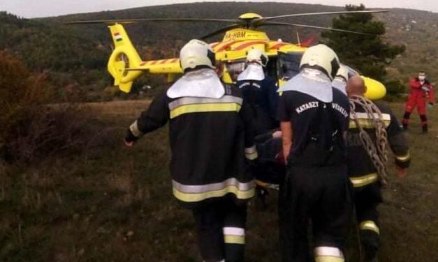 Túrázás közben súlyosan megsérült két kiránduló: hordágyon vitték a mentőhelikopterhez az egyik sérültet
