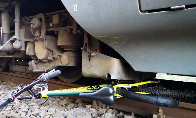 A száguldó vonat elől mentette egymást két kisfiú Győrnél: szabálytalanul próbáltak átjutni a síneken
