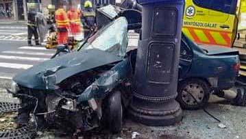 Szörnyethalt egy 17 éves fiú, amikor autójával oszlopra csavarodott Budapesten az Astorianál