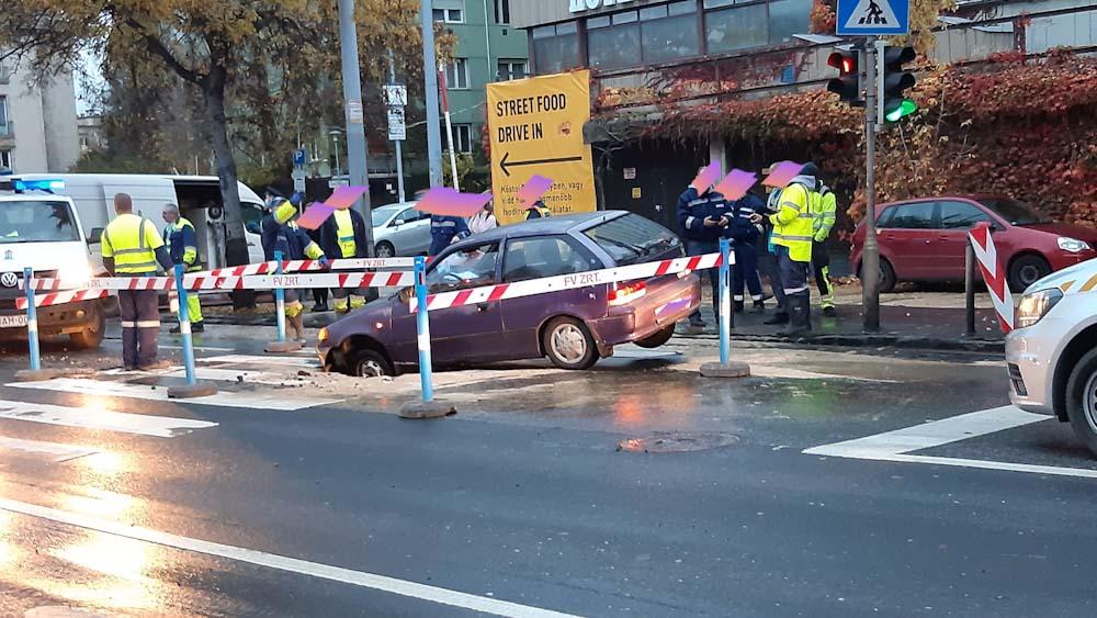 Beszakadt az út egy autó alatt Budán, négyes karambol miatt teljes útzár Újszász és Zagyvarékas között
