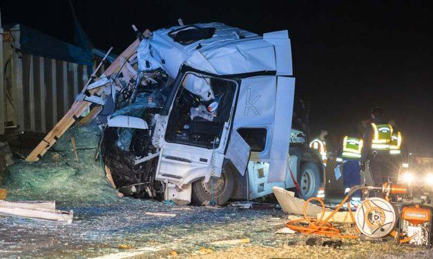 Beszorult sérült egy kamionbalesetben Bajánál, fának rohant egy autó Szolnokon