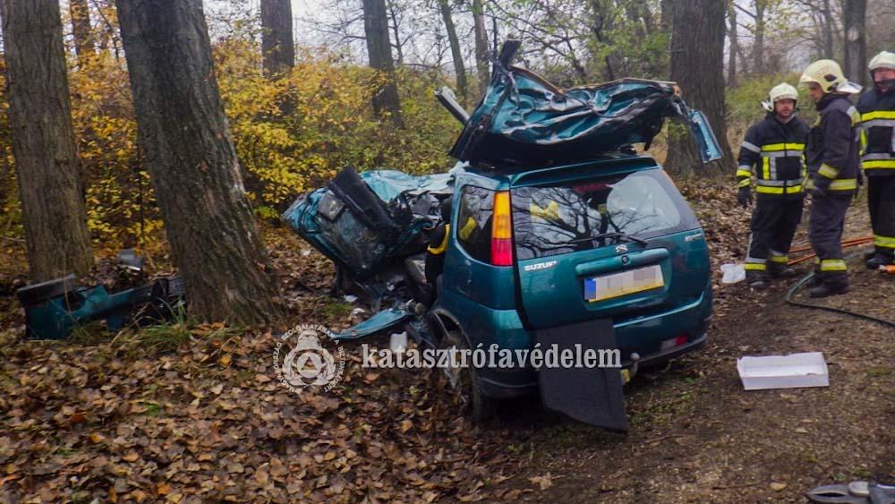 Tragikus baleset, oszlopra csavarodott és markolóba csapódott autók, babakocsit toló anyuka elütése; káosz az utakon a rossz idő visszatérése óta