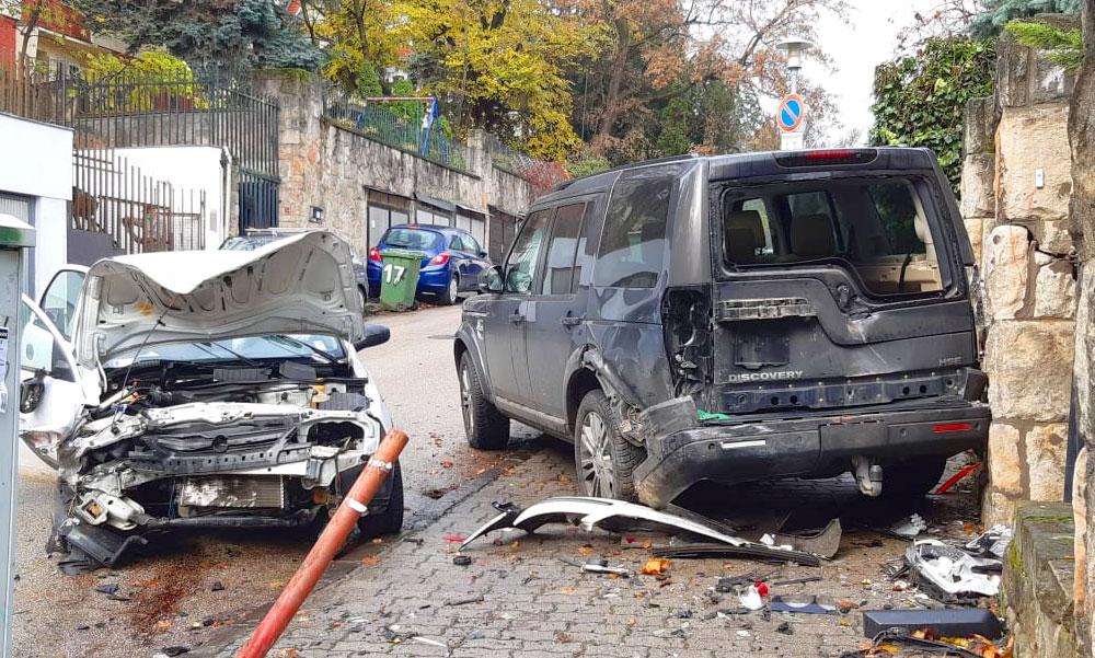 Epilepsziás rohamot kapott vezetés közben a sofőr, eszméletlenül száguldott lefelé az utcán, több autóba belerohant