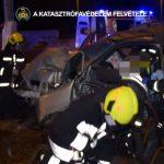 Súlyos baleset Budapesten a Szentendrei úton, a füstölő autóból mentették ki a beszorult sofőrt