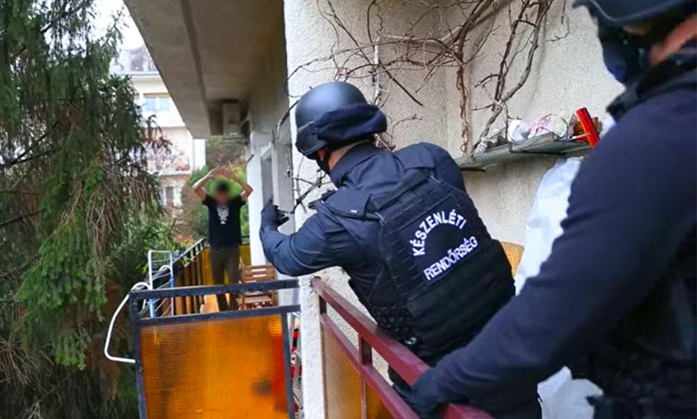 Hatalmas drogfogás: 15 helyszínen csaptak le a rendőrök a bandára, chatszobákban árulták a kábítószert