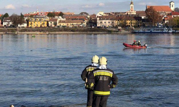 """""""A csónaktulajdonost elsodorta a folyó, a rendőrök csak jóval később tudták kihúzni a vízből""""  – Dunába esett és meghalt egy pecás"""