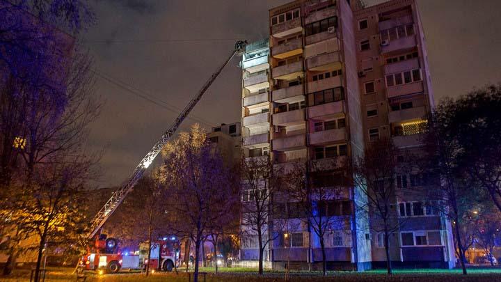 Egy 87 éves, súlyosan megégett férfit menekítettek ki a rendőrök a budapesti paneltűzből: egy gyertya miatt csaptak fel a lángok, 3 lakás égett ki