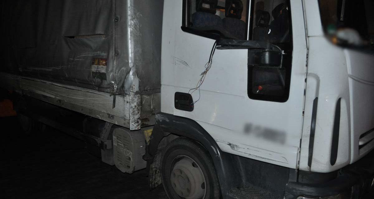 Az autópálya belső sávjában parkolt le a részeg kamionos, előtte összetört két autót és egy vasúti sorompót